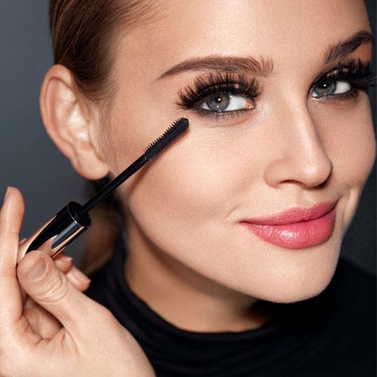 Maquillage des yeux. les cils